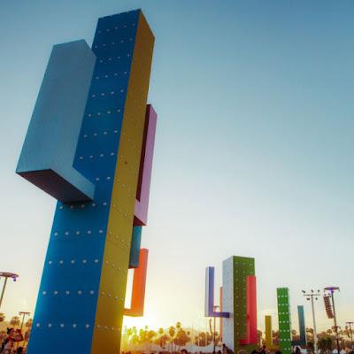 Instalación de arte Colossal Cacti de Office Kovacs en Coachella 2019