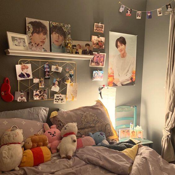 Ser army e é fã do grupo coreano BTS é uma loucura, dá vontade de comprar camisa feminina do BTS, acessórios do BTS, ingressos do BTS, roupas do BTS, enfim, tudo sobre o BTS. Até porque quem não gostaria de ter um quarto todo decorado com as músicas do BTS, fotos do BTS, produtos do BTS, coisas do BTS. O grupo Bangtan boys é o mais fofo do mundo e saiba que você pode ter o quarto dos sonhos. Ser fã do V (Taehyung), Suga, Jin, Jimin, Jungkook, J-Hope e RM (Namjoon) não é fácil neh? Mas temos dicas de como você pode transformar o seu quarto com uma decoração incrível e sem gastar muito.Para ter uma decoração fofa, você pode imprimir fotos do instagram do BTS, que tem muitas fotos com alta resolução. As fotos vão servir de mural para o seu quarto. Então escolha um local que você mais goste, de preferencia uma parede visível, que quando você acorde possa olhar logo para os meninos do BTS. O mural é simples e fácil de fazer. Você pode simplesmente colar na parede, fazer uma moldura ou até mesmo comprar uma já pronta, ai é colar as fotos e de pois pendurar na parede. É uma forma simples, barata e muito fofa.