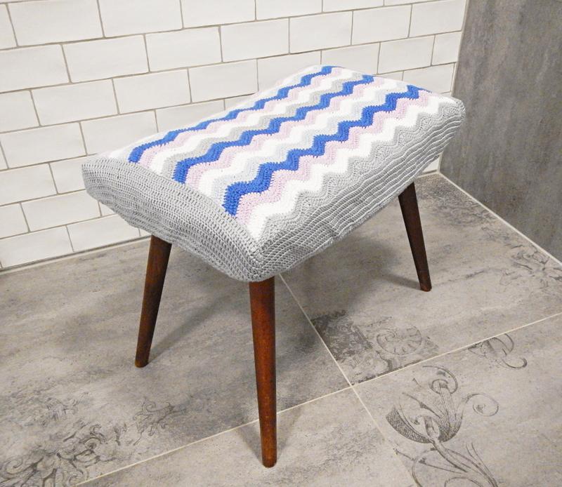 Pokrowiec zrobiony na szydełku wzorem chevron na stołek