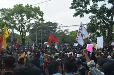 """Bengawan Melawan, Aksi Massa Berujung """"Air Mata"""""""