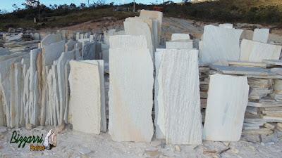 Pedra São Tomé branca pra escada de pedra pronto para ser serrada com tamanhos sob medida para escada de pedra.