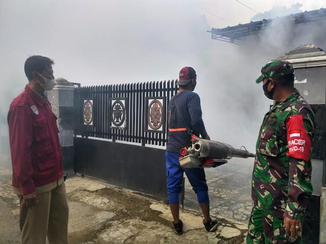 Petugas Kesehatan bersama Babinsa Lakukan Fogging