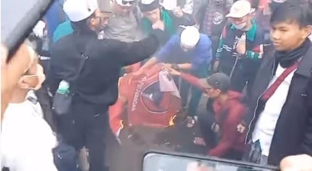 PDIP Marah, Benderanya Dibakar Bareng Bendera PKI Saat Aksi Tolak RUU HIP