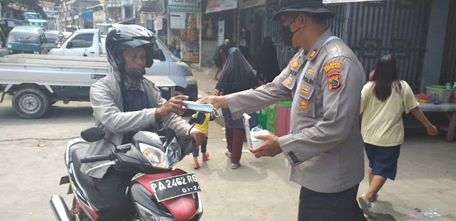 Binmas Polresta Jayapura Bagi Masker Sosialisasikan Instruksi Walikota Tentang PPKM Level IV
