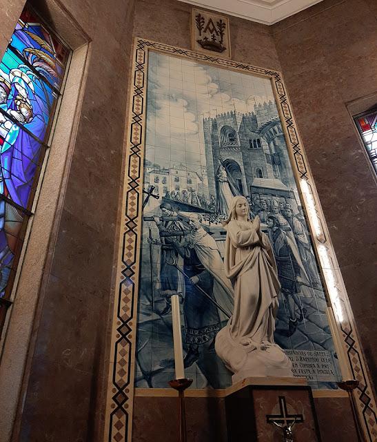 painel de azulejos e uimagem de santa