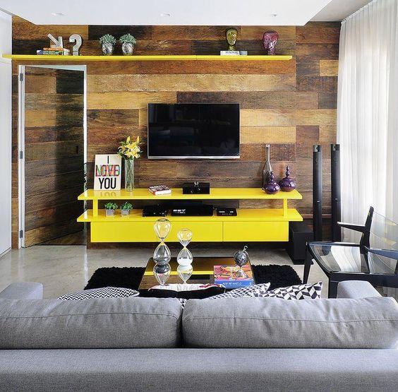 Sala de tv amarela
