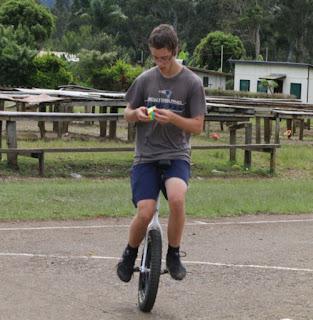 Aksi Caleb McEvoy dalam menyelesaikan rubik diatas sepeda roda satu