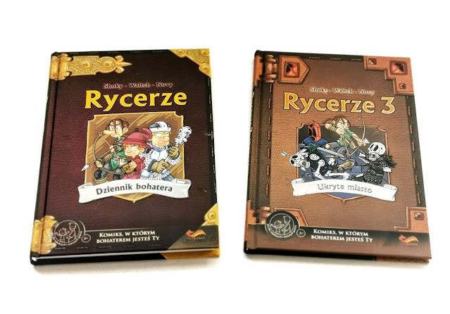 na zdjęciu widzimy leżące na białym tle dwie książki Rycerze 1 i rycerze 3, obie w twardych brązowych okładkach z obrazkiem przedstawiającym rycerzy na środku okładki