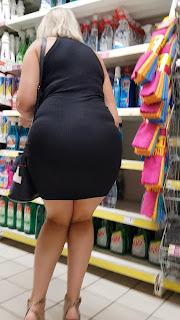 Guapa señora vestido entallado caderas sexis