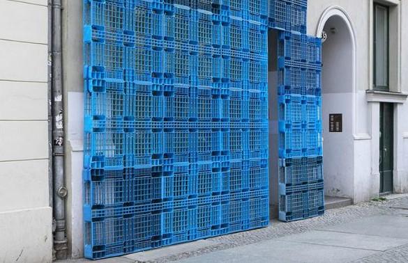 pallet plastik sebagai dinding pemisah