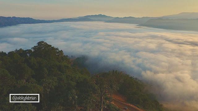 gunung luhur negeri atas awan