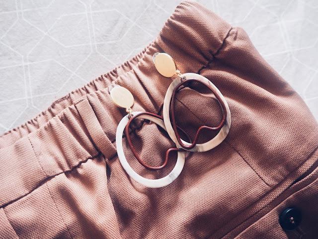 photo-camiseta-rayas-navy-primark-pantalon-caldero-zara-pendientes-mango-2018