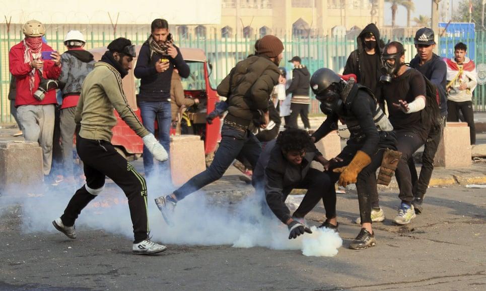 La policía antidisturbios dispara gases lacrimógenos para dispersar a los manifestantes antigubernamentales en Bagdad, Irak. Fotografía: Hadi Mizban / AP