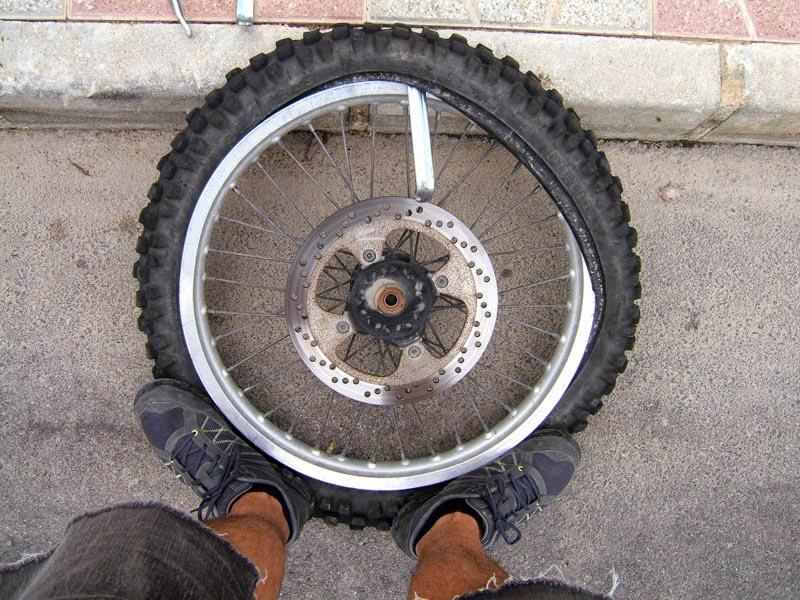 quitando neumático