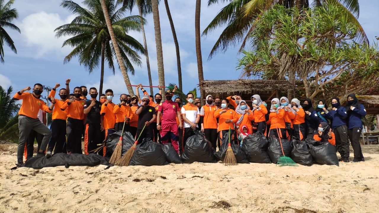 Sambut HUT Basarnas Ke 49, KKP Natuna Melaksanakan Bhakti Sosial Giat Bersih-Bersih Diobjek Wisata Pantai Tanjung
