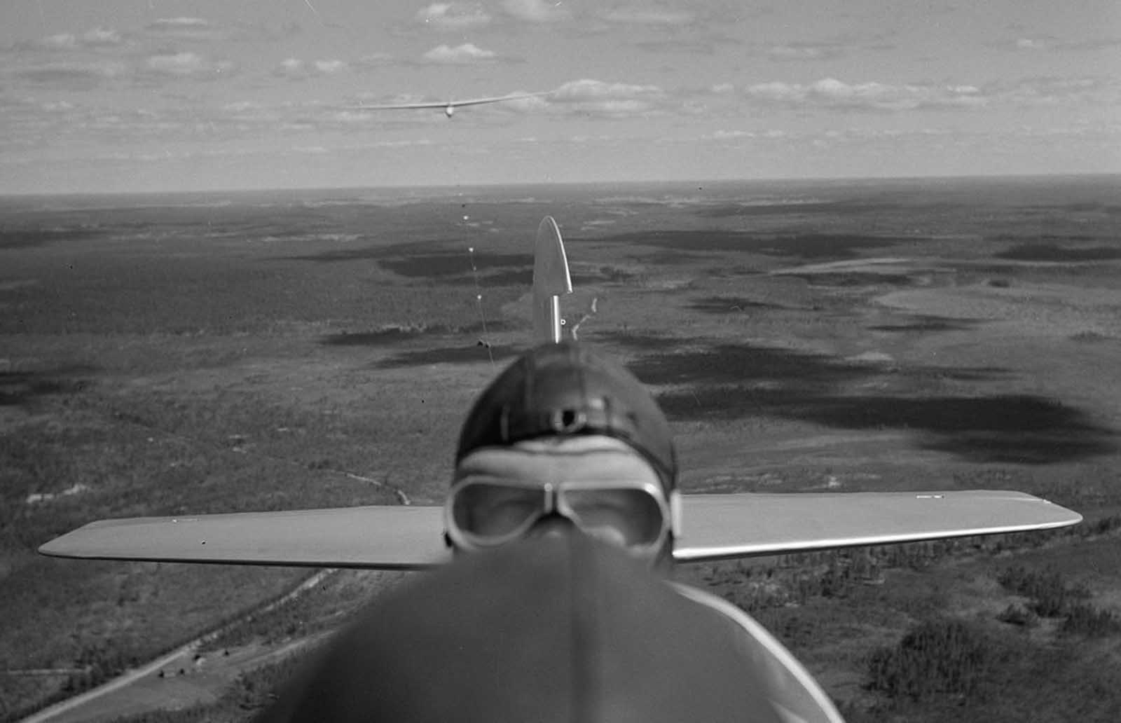 Pilots in flight above Jämijärvi, on July 17, 1942.