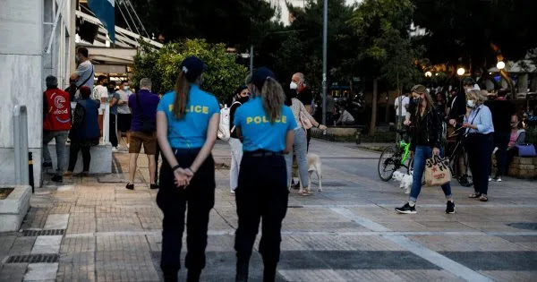 Στο «κυνήγι» των πολιτών: «Κανονικότητα» με τοπικά lockdown και υποχρεωτική μασκοφορία με καύσωνα