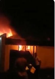 Casa pega fogo no Bairro Xangrila em Registro-SP