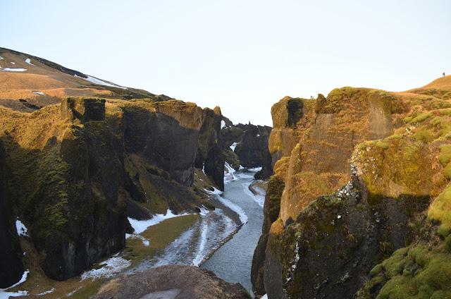 Fjaðrárgljúfur é um canyon lindo