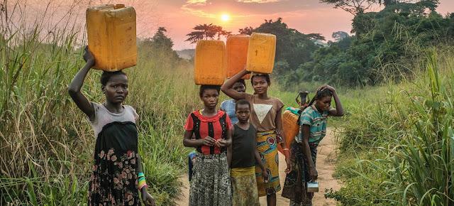 Jóvenes tienen que caminar mucho para recoger agua en Yangambi, República Democrática del Congo.CIFOR/Axel Fassio