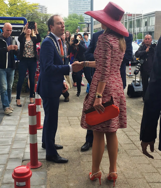 Queen Maxima during the start of the nationwide activities week 'Kansen krijgen, Kansen pakken. Queen Maxima Natan Dress, Natan Pumps