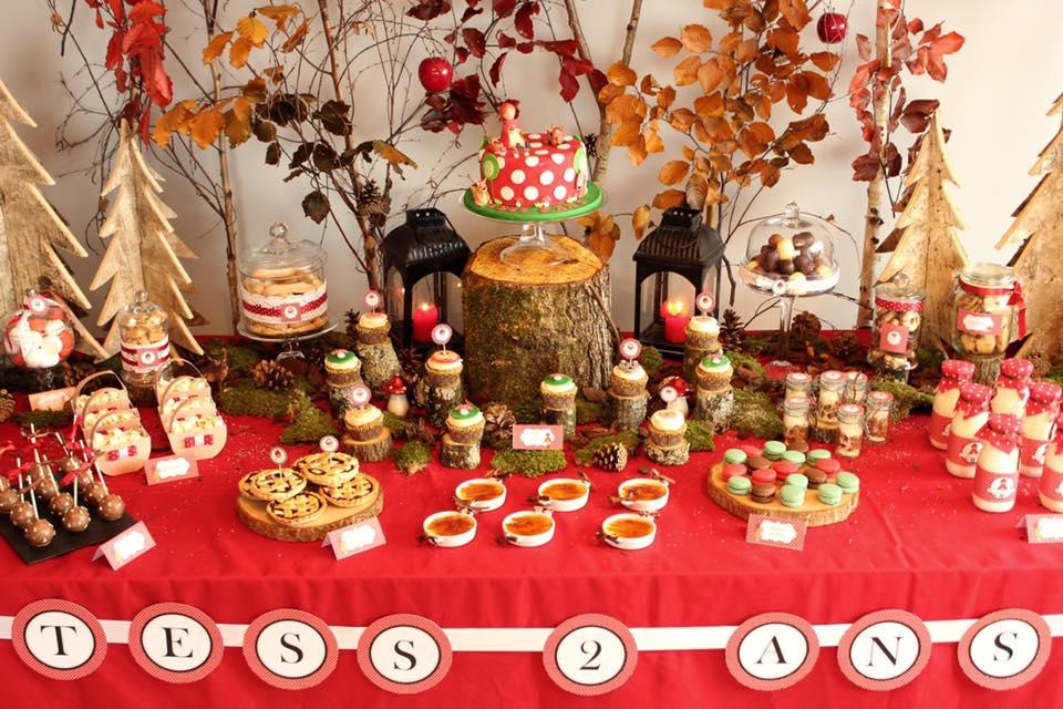 Table anniversaire et nappe rouge avec desserts