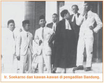 Ir. Soekarno dan kawan-kawan di pengadilan Bandung.