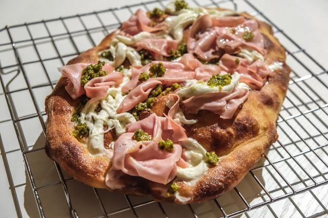 Pizza con mortadella, pistacchio e stracciata di bufala