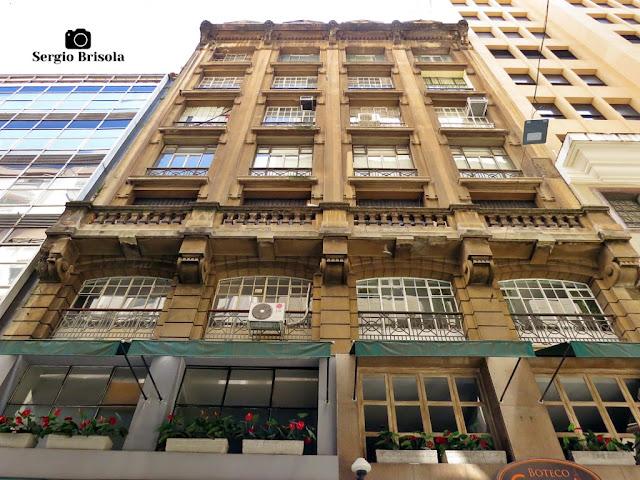 Perspectiva inferior da fachada de um edifício antigo na Rua Álvares Penteado - Centro - São Paulo
