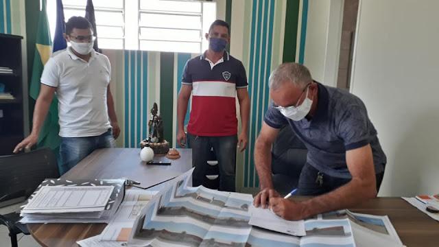 Em Baraúna, prefeito assina ordem de serviço para reforma de escola