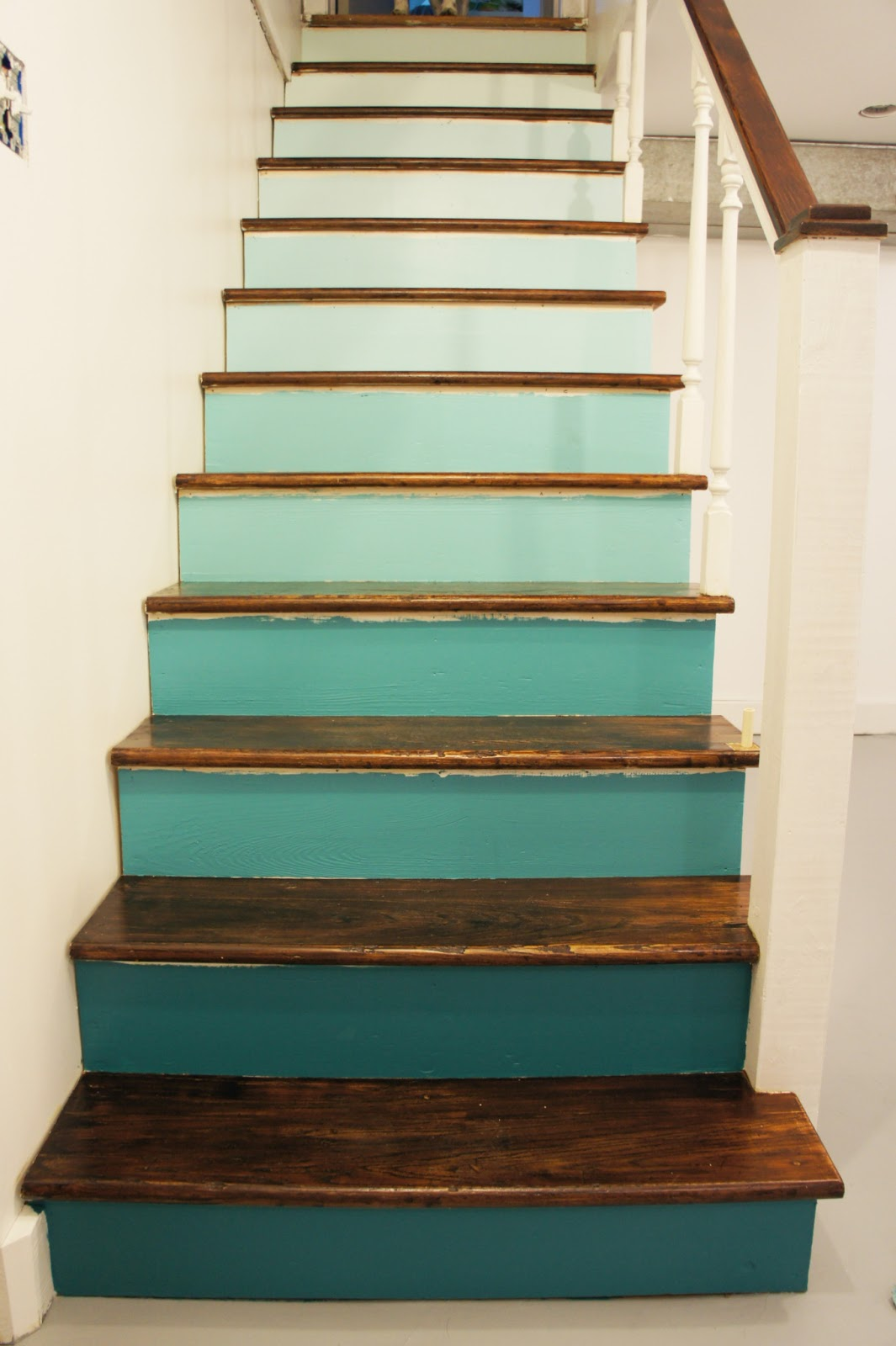 Diy squirrel shady business ombre staircase renovation for Behang trapgat