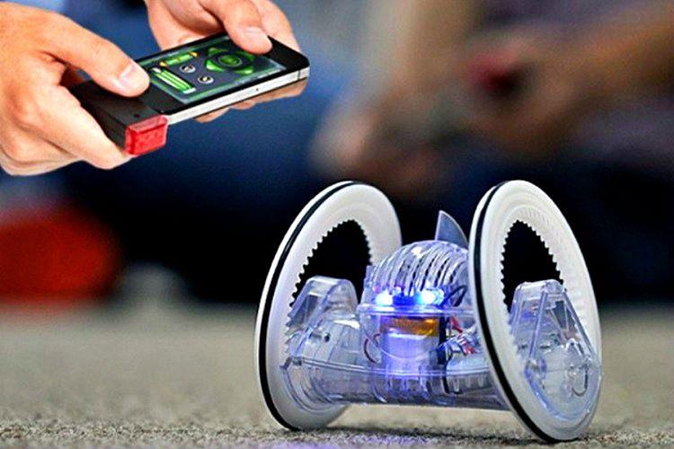 Robot oyuncak yetişkin bireylerin ve çocukların çok sevdiği teknolojik bir üründür.