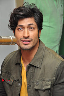 Vidyut Jamwal Adah Sharma Commando 2 Movie Team at Radio Mirchi 95  0027.jpg