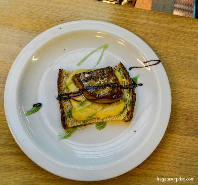 Foie gras a la plancha servido no Mercado de San Antón, Madri