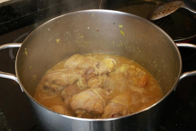 Preparación de muslos de pollo con orejones