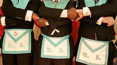masones realizando la cadena de la unión