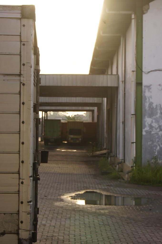 Suatu pagi di komplek gudang