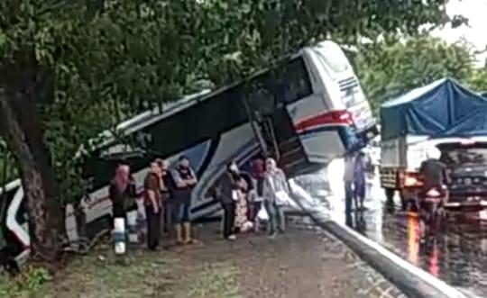 Diduga Ugal-Ugalan, Bus Terperosok Ke Sungai
