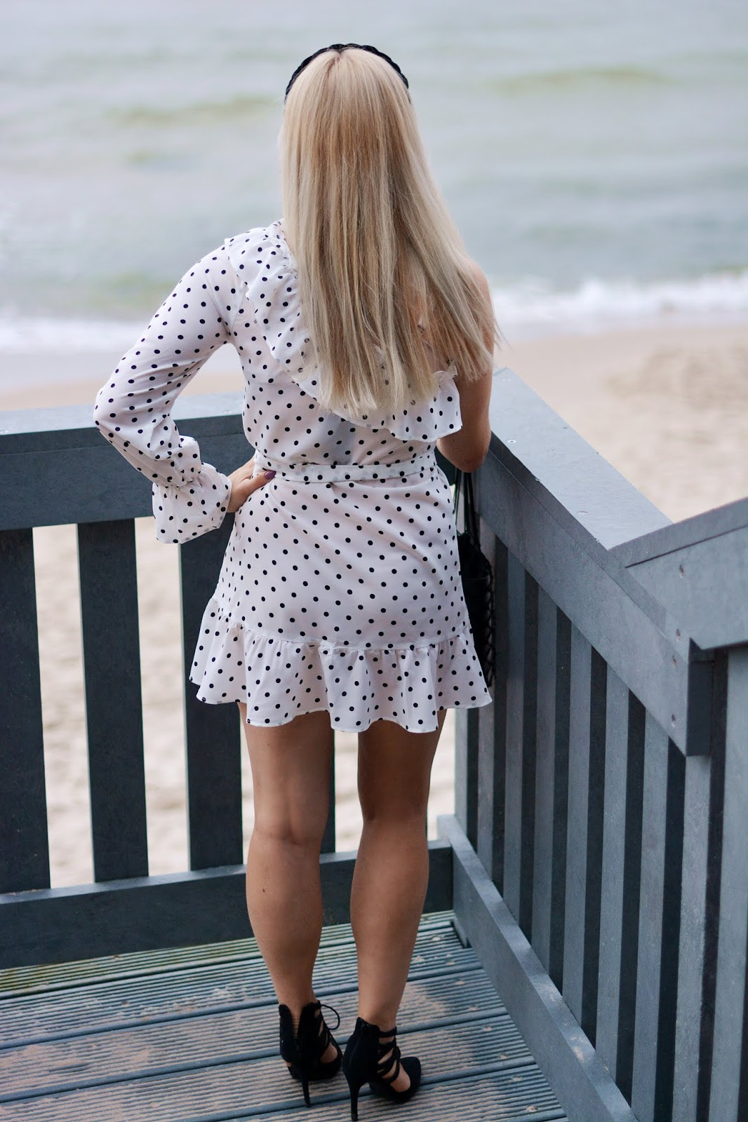 biała sukienka grochy