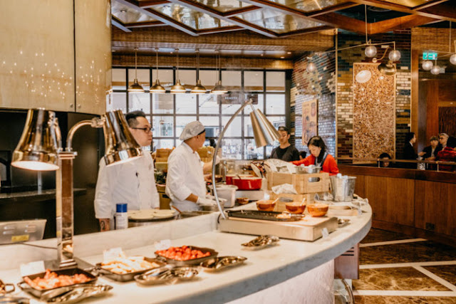 The restaurant serves breakfast with top class cuisine prepared by famous chef Graham Elliot
