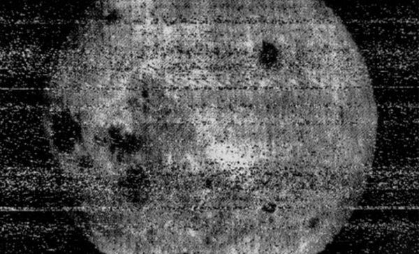 Primera foto de la cara oculta de la Luna realizada por la sonda soviética Luna 3.
