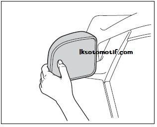 mengatur kaca spion jenis manual