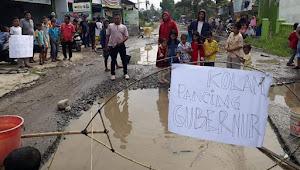 Aksi Spontanitas Warga Hamparan Perak Melihat Jalan Besar Seperti Kubangan Kerbau