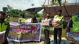 Peduli Korban Bencana Alam, Kasat Lantas Polres Pinrang AKP Dharmawaty Berikan Bantuan Sembako