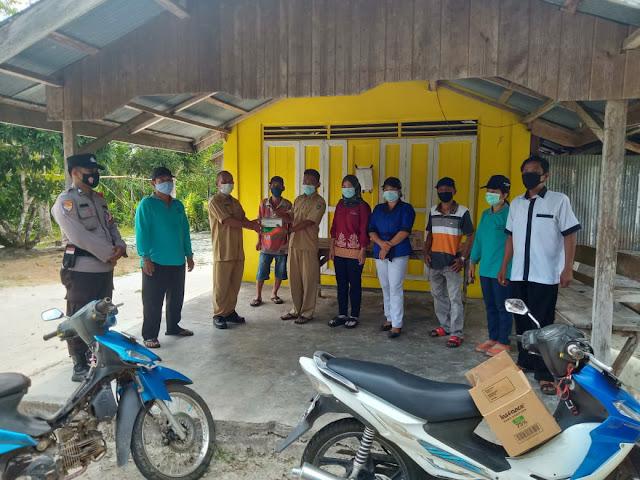 Peduli Warganya, Bhabinkamtibmas Bersama Petugas PPKM Mikro Desa Ruhing Raya Bagikan Alkes