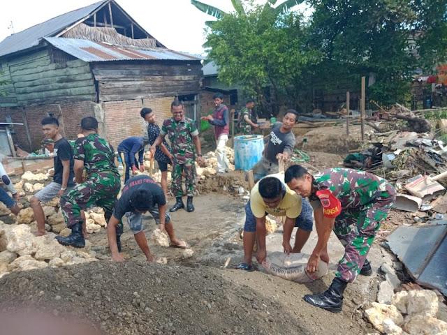 Babinsa Koramil 1407- 07/Tanete Riattang, Bantu Warga Bangun Rumah