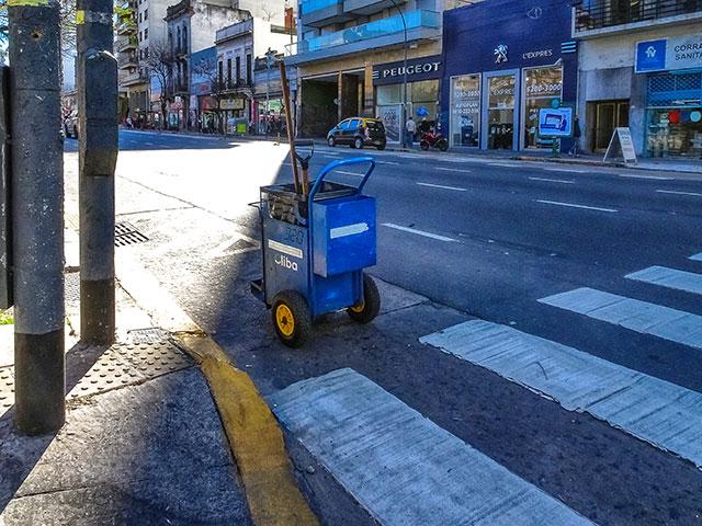 Carro del recolector de basura solo en la calle desierta.