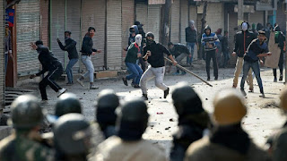 student-force-fight-in-srinagar