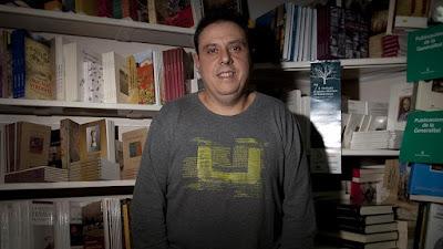 Octavio Serret, en la Librería Serret, en el 2012. / JULIO CARBÓ