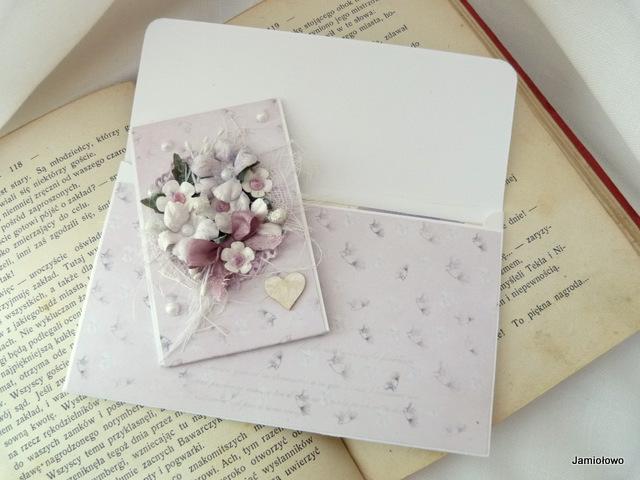 kompozycja kwiatowa na kopertówce
